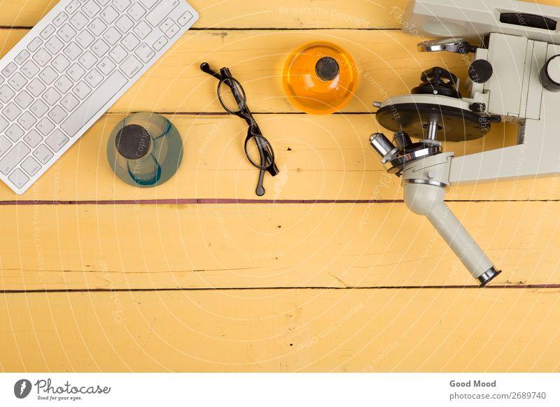Mikroskop, Computertastatur, Brille, chemische Flüssigkeiten Flasche Schreibtisch Tisch Wissenschaften Schule lernen Klassenraum Studium Labor Arbeitsplatz