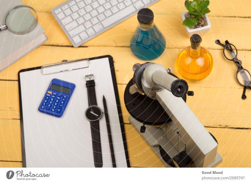 Mikroskop, Buch, Lupe, Zwischenablage, chemische Flüssigkeiten Flasche Schreibtisch Tisch Wissenschaften Schule lernen Klassenraum Studium Labor Arbeitsplatz