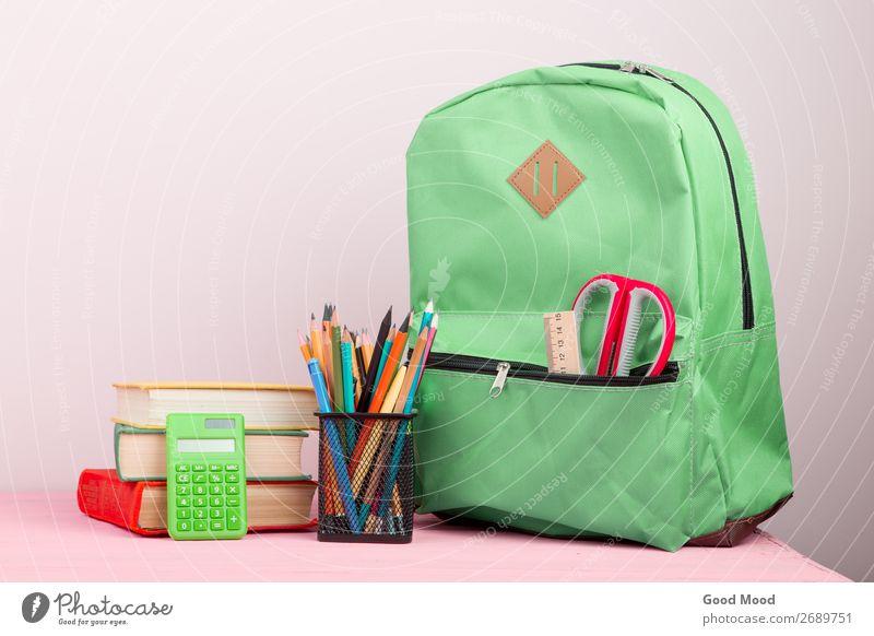 Rucksack und Schulbedarf: Notizblock, Bücher, Schere, etc. Ferien & Urlaub & Reisen Ausflug Tisch Kind Schule Studium Werkzeug Buch Holz grün rosa Tasche