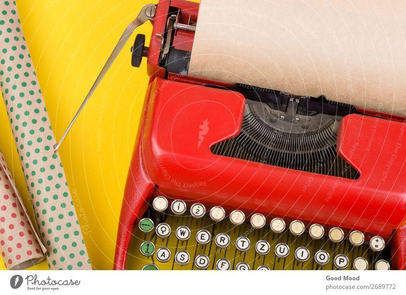 Urlaubskonzept - rote Schreibmaschine mit Blankopapier Feste & Feiern Erntedankfest Weihnachten & Advent Geburtstag Handwerk Business Seil Technik & Technologie