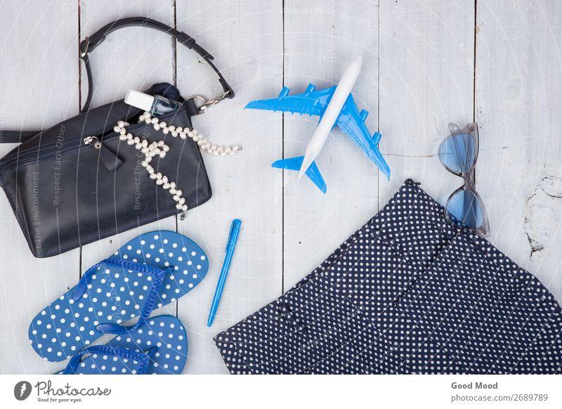 Frau Ferien & Urlaub & Reisen Sommer blau weiß Meer Erholung Strand Lifestyle Erwachsene Holz Stil Tourismus Textfreiraum Mode Ausflug