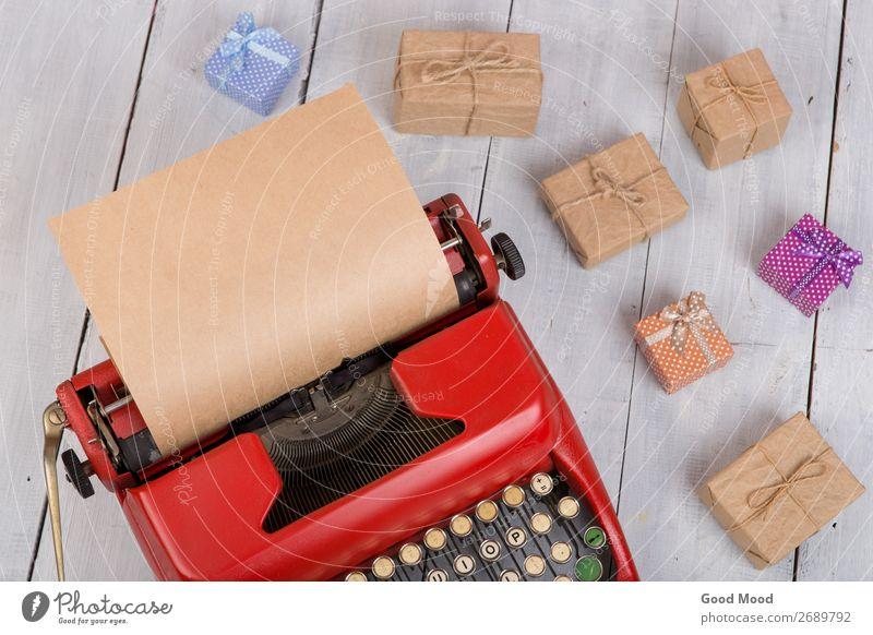 Urlaubskonzept - Schreibmaschine mit Papier, Geschenkboxen Feste & Feiern Erntedankfest Halloween Weihnachten & Advent Geburtstag Business Seil