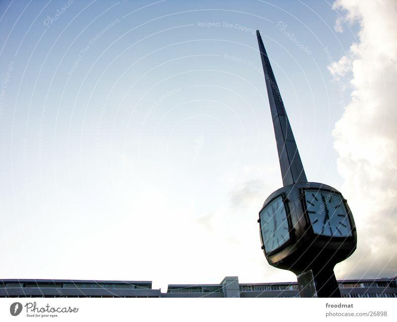 Stillstand Himmel Wolken Architektur Metall Zeit laufen Uhr verrückt kaputt Spitze Dinge Fluss Zifferblatt historisch Vergangenheit analog