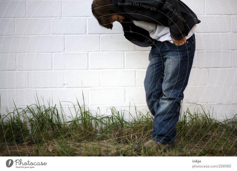 boys don't cry! Kindheit Jugendliche Leben Körper 1 Mensch Gras Wiese Mauer Wand stehen Traurigkeit Gefühle Stimmung Sorge Trauer Unlust Einsamkeit Scham