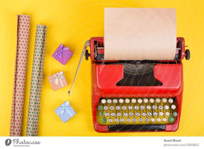 Urlaubskonzept - rote Schreibmaschine mit Papier, Geschenkboxen Feste & Feiern Erntedankfest Halloween Weihnachten & Advent Geburtstag Handwerk Business Seil