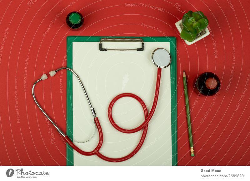 rotes Stethoskop, medizinische Flaschen und leere grüne Zwischenablage Gesundheitswesen Behandlung Medikament Wissenschaften Arzt Krankenhaus Werkzeug Papier