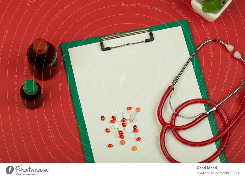 rotes Stethoskop, Pillen, medizinische Flaschen und leere Zwischenablage Gesundheitswesen Behandlung Medikament Wissenschaften Arzt Krankenhaus Werkzeug Papier