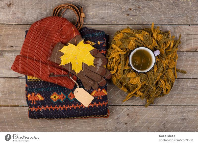 Tasse Tee, Ahornblätter, Schlüssel mit Blankoetikett, warme Kleidung Lifestyle kaufen Erholung Freizeit & Hobby Ferien & Urlaub & Reisen Ausflug Winter Tisch