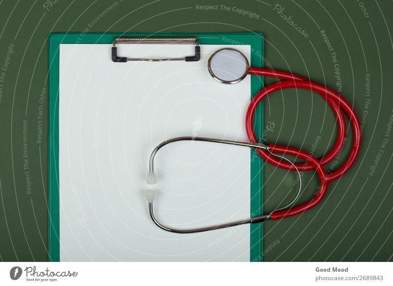 rotes Stethoskop und leere Zwischenablage auf Grün Gesundheitswesen Behandlung Medikament Wissenschaften Arzt Krankenhaus Werkzeug Papier Metall Herz hören grün