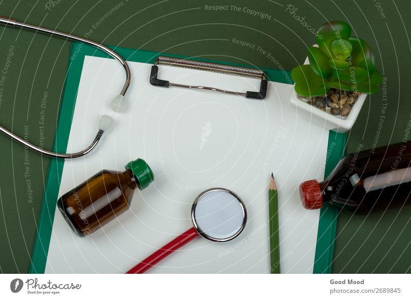 rotes Stethoskop und leere Zwischenablage Flasche Gesundheitswesen Behandlung Medikament Wissenschaften Arzt Krankenhaus Werkzeug Papier Metall Herz hören grün
