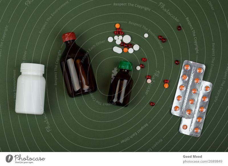 bunte Pillen und medizinische Flaschen auf grünem Papiergrund Gesundheitswesen Behandlung Krankheit Medikament Wissenschaften Arzt Krankenhaus Container weiß