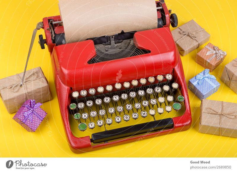 rote Schreibmaschine mit leerem Bastelpapier, Geschenkboxen auf Gelb Feste & Feiern Erntedankfest Halloween Weihnachten & Advent Geburtstag Handwerk Business