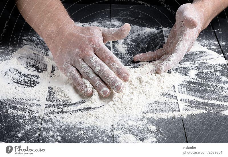 weißes Weizenmehl auf einem schwarzen Holztisch Teigwaren Backwaren Brot Küche Koch Mensch Mann Erwachsene Hand machen dunkel frisch Bäcker Bäckerei backen