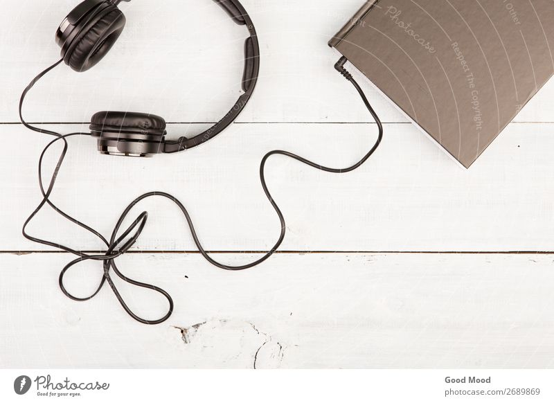 Hörbuchkonzept mit Black Book und Kopfhörern Freizeit & Hobby lesen Musik Headset Technik & Technologie Medien Buch Bibliothek Holz hören schwarz weiß Idee