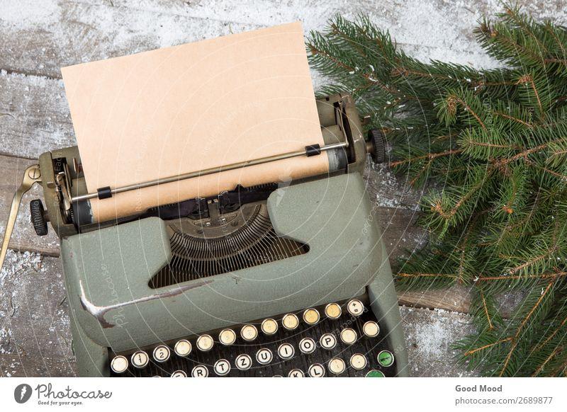 Arbeitsplatz mit Schreibmaschine und Fichtenästen auf Holztisch Winter Schnee Feste & Feiern Weihnachten & Advent Büro Business Technik & Technologie Baum