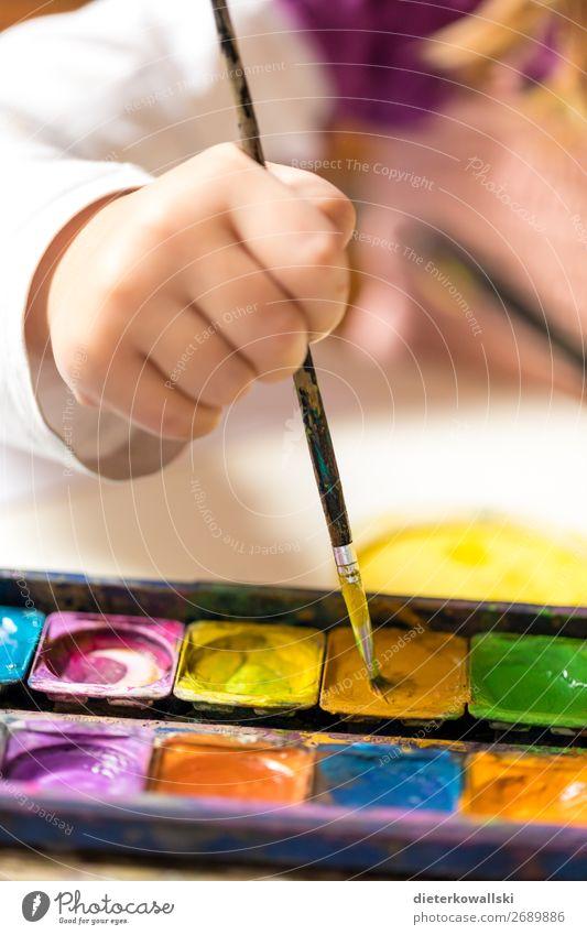 Malende Kinderhand Freizeit & Hobby Spielen Kindergarten Schule lernen Schulkind Schüler Mensch Mädchen Hand 3-8 Jahre Kindheit zeichnen Freude Bildung malen