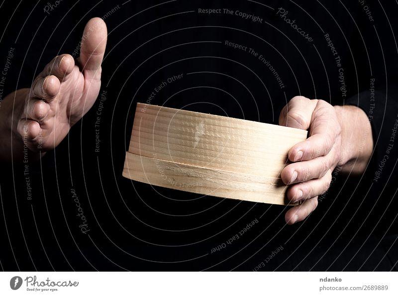 zwei männliche Kochhände halten ein rundes Holzsieb. Teigwaren Backwaren Brot Ernährung Tisch Küche Mensch Mann Erwachsene Hand Sieb machen dunkel frisch