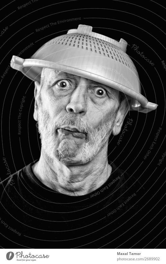 Verrückter Mann mit einem Sieb auf dem Kopf. Freude Gesicht Krankheit Krankenhaus Mensch Erwachsene Vollbart Traurigkeit lustig verrückt Wut weiß Gefühle Stress