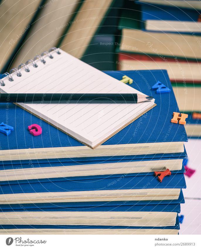leeres Notizbuch mit weißen Blättern lesen Tisch Bildung Wissenschaften Schule lernen Klassenraum Studium Büro Buch Bibliothek Papier Schreibstift Holz