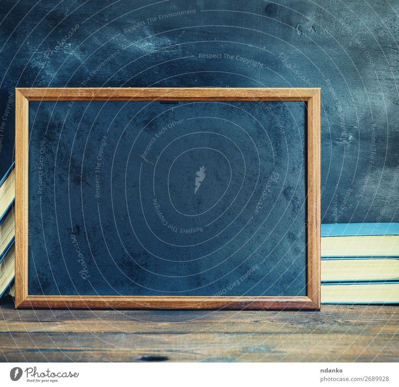 leerer schwarzer Kreidezeichenrahmen Schule Tafel Buch Holz alt schreiben dreckig retro braun Hintergrund blanko Holzplatte Entwurf Textfreiraum Zeichnung