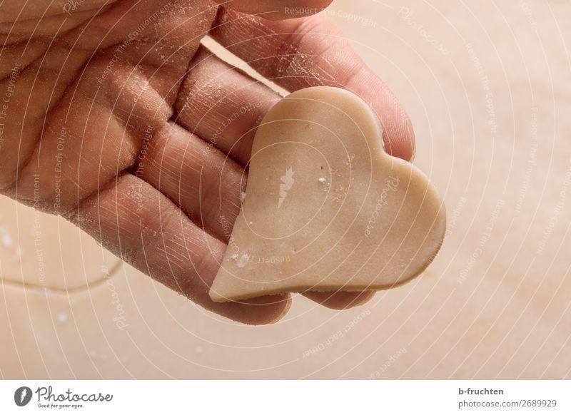 Herz aus Teig Gesunde Ernährung Weihnachten & Advent Hand Liebe Feste & Feiern Arbeit & Erwerbstätigkeit frisch Finger Zeichen lecker berühren Küche festhalten