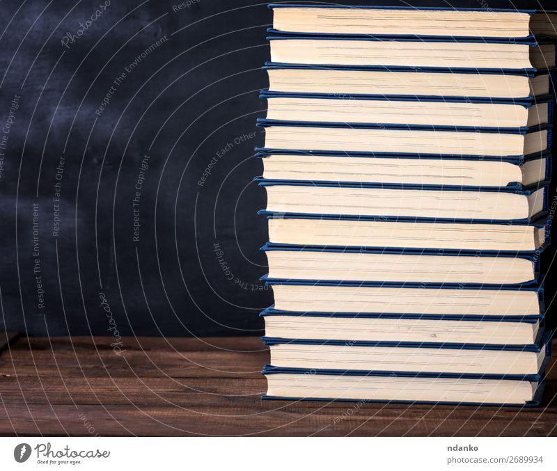 großer Stapel Bücher in einem blauen Umschlag lesen Schreibtisch Tisch Bildung Wissenschaften Schule lernen Studium Menschengruppe Buch Bibliothek Papier