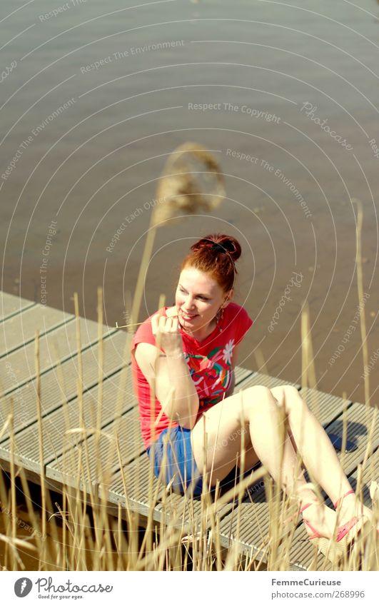 Durch die Blume bzw. den ausgetrockneten Halm! ;) Mensch Frau Natur Jugendliche Ferien & Urlaub & Reisen schön Sonne Sommer Erwachsene Erholung Ferne feminin Holz Freiheit See Beine