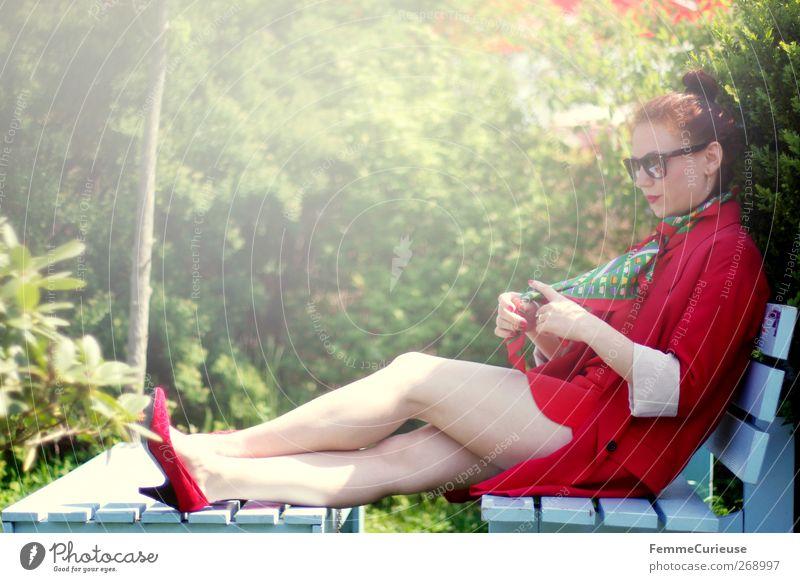 En vogue II. Mensch Frau Jugendliche rot Erwachsene feminin Garten Stil Mode Junge Frau elegant Haut 18-30 Jahre Lifestyle einzigartig Idylle