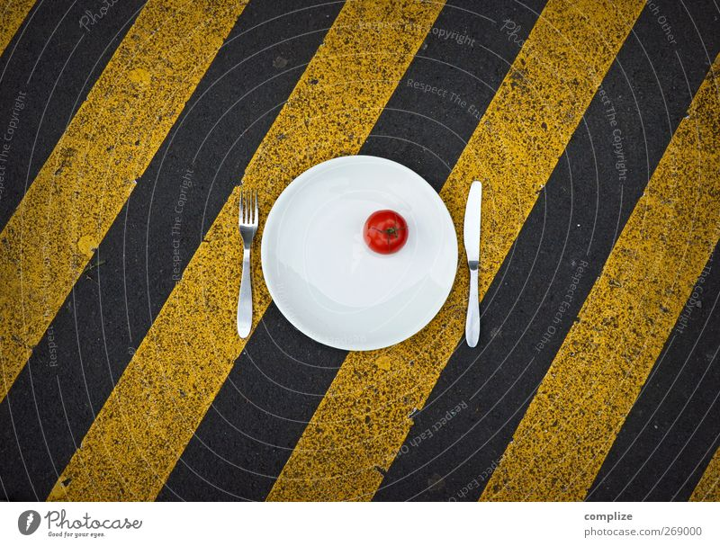 Mit Vorsicht zu genießen Stadt rot gelb Straße Leben Linie Schilder & Markierungen Platz Ernährung Streifen Wellness Gemüse diagonal Geschirr Teller Bioprodukte