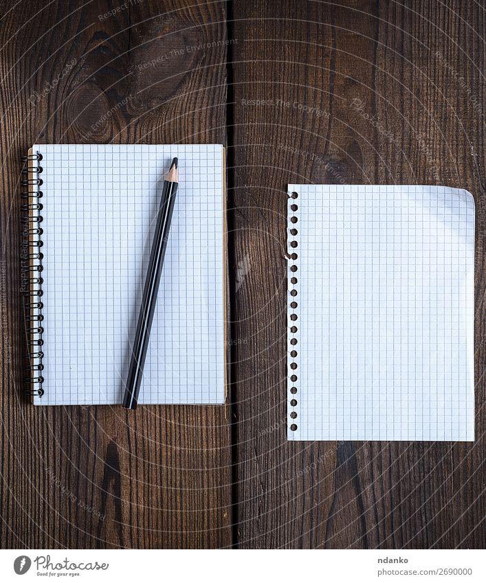 offenes Notizbuch mit weißen Blättern Schule Büro Business Papier Zettel Schreibstift Holz schreiben retro braun schwarz Hintergrund blanko Checkliste Entwurf