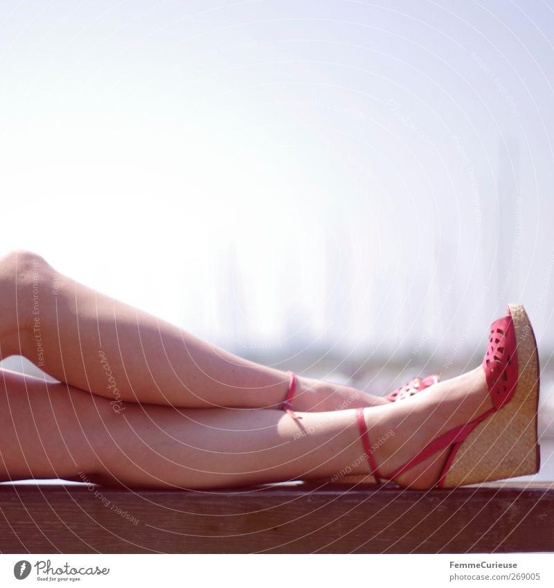 Pigmente haschen. Mensch Ferien & Urlaub & Reisen schön Sonne Sommer Erholung feminin Beine Fuß rosa Haut Lifestyle weich Wellness Sommerurlaub Sonnenbad