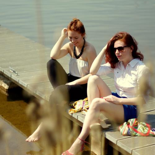 Mädelsnachmittag. Mensch Frau Jugendliche Ferien & Urlaub & Reisen schön Sonne Sommer Erwachsene feminin sprechen Freiheit lachen Stil Freundschaft Junge Frau