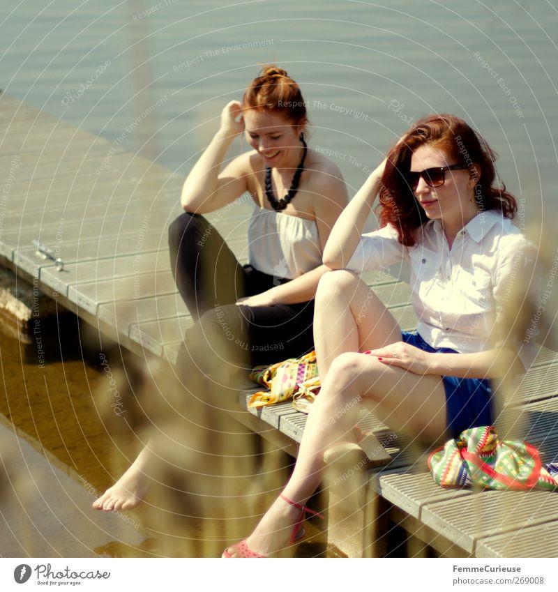 Mädelsnachmittag. Mensch Frau Jugendliche Ferien & Urlaub & Reisen schön Sonne Sommer Erwachsene feminin sprechen Freiheit lachen Stil Freundschaft Junge Frau Freizeit & Hobby