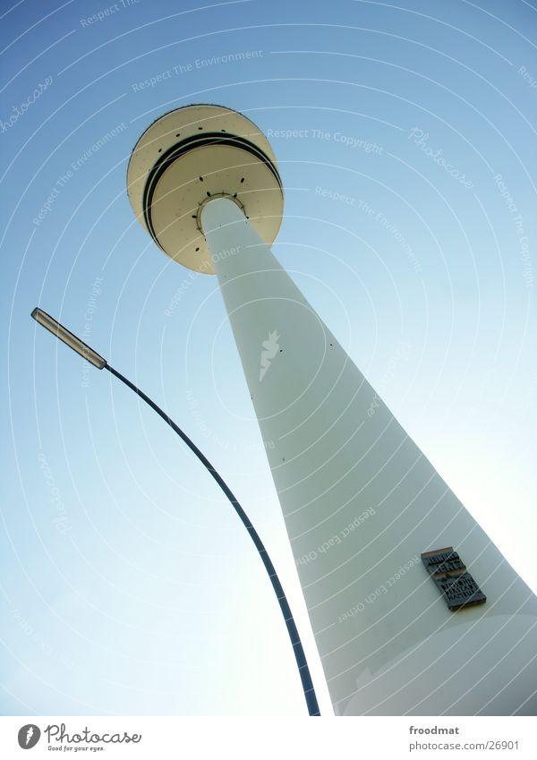 Hamburg = Spitze Funkturm Laterne sehr wenige Sommer Architektur Himmel verrückt Sonne blau Fernsehturm Froschperspektive Wolkenloser Himmel