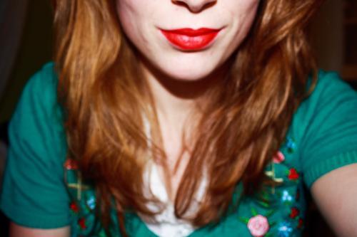 kiss me feminin Frau Erwachsene Schwester Jugendliche Leben Haare & Frisuren Mund Lippen 1 Mensch 18-30 Jahre Mode Bekleidung Hemd Pullover Accessoire rothaarig