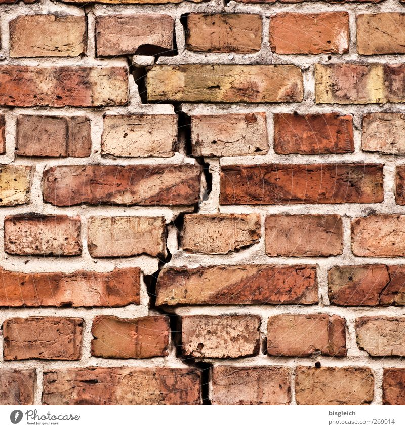 Mauerriss Wand Backstein Ziegelbauweise Stein rot Zerrissenheit Farbfoto Außenaufnahme Menschenleer Tag