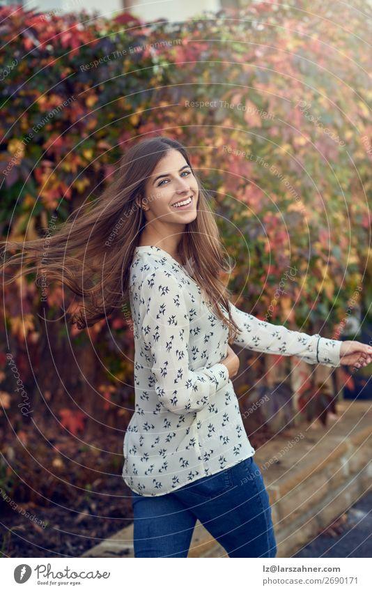 Unbeschwerte, glückliche junge Frau, die ihr Haar wirft. Glück Gesicht Erwachsene 1 Mensch 18-30 Jahre Jugendliche Herbst Blatt Straße Lächeln dünn Fröhlichkeit
