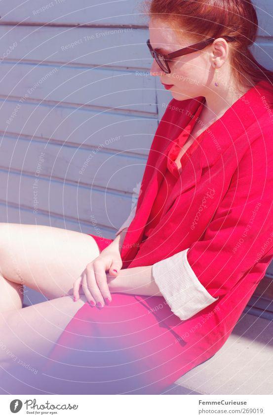 En vogue VI. Mensch Frau Jugendliche schön rot Erwachsene feminin Wand Holz Mauer Stil Beine Junge Frau sitzen elegant Haut