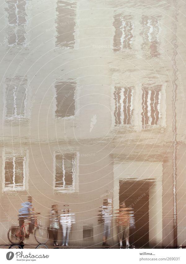 wenn realität verschwimmt Mensch Wasser Haus Fenster Gebäude Menschengruppe Fassade Kommunizieren beobachten Rauschmittel Umweltschutz Klimawandel falsch Pfütze