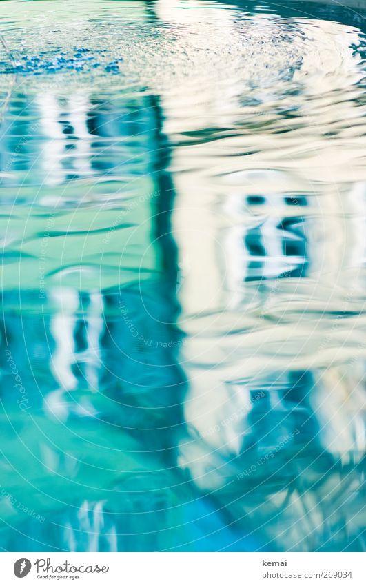 Eine weitere schwimmende Realität Wasser Stadt Haus Mauer Wand Fassade Fenster Brunnen nass blau grün Wasseroberfläche Spiegelbild Wellen Kreis Wassertropfen