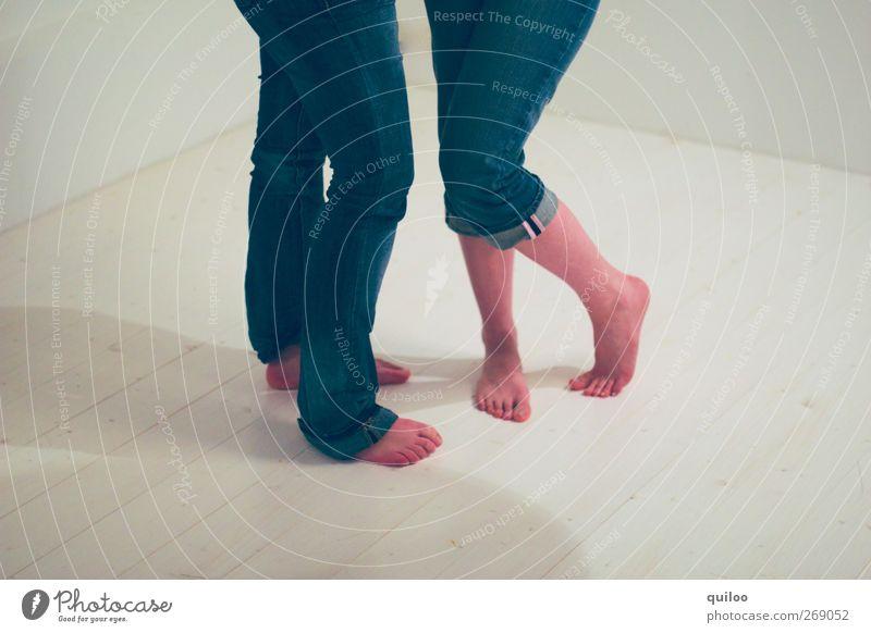 two feets under Mensch blau weiß schön Bewegung Beine Fuß Freundschaft Feste & Feiern Zusammensein Tanzen warten Tanzveranstaltung Fröhlichkeit stehen Coolness