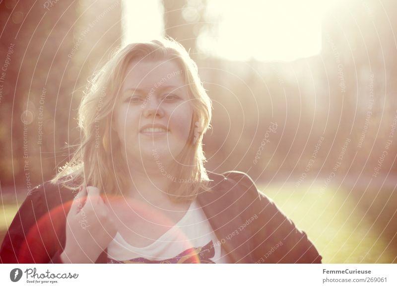 Sunshine in her hair. Mensch Frau Jugendliche Ferien & Urlaub & Reisen schön Sommer Freude schwarz Erwachsene Wiese feminin Wärme Kopf Garten hell Park
