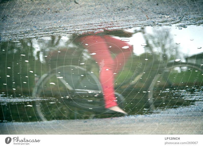 RED-KÄPPCHEN Mensch Frau Jugendliche Wasser rot Sommer Erwachsene Umwelt Straße Beine Regen Fahrrad Junge Frau fahren Hose Verkehrswege