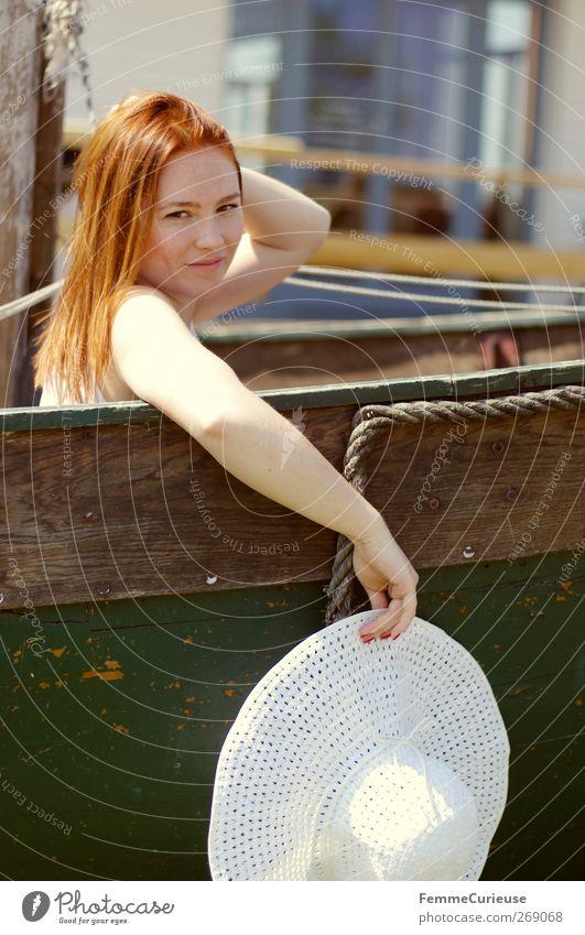 Eine Bootsfahrt, die ist lustig ... Mensch Frau Natur Jugendliche grün Ferien & Urlaub & Reisen Sonne Sommer Meer Erwachsene Ferne feminin Stil Wasserfahrzeug