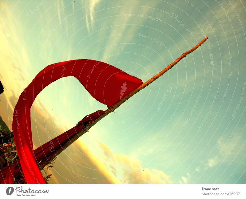 Ferienkommunismus Himmel rot Wolken Wind verrückt Fahne Ast Dinge diagonal Schwung Musikfestival Abendsonne Fusion Kommunismus schwungvoll