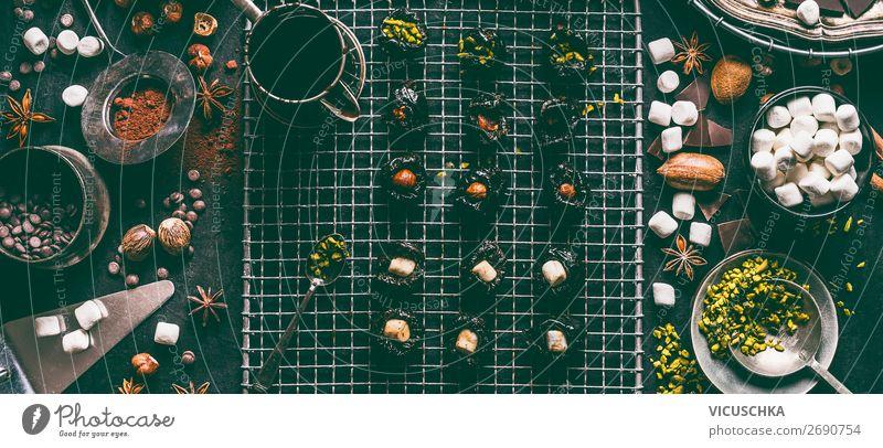 Hausgemachte Pralinen mit Füllung Lebensmittel Süßwaren Schokolade Ernährung Kakao Geschirr Stil Design Häusliches Leben Weihnachten & Advent retro Tradition