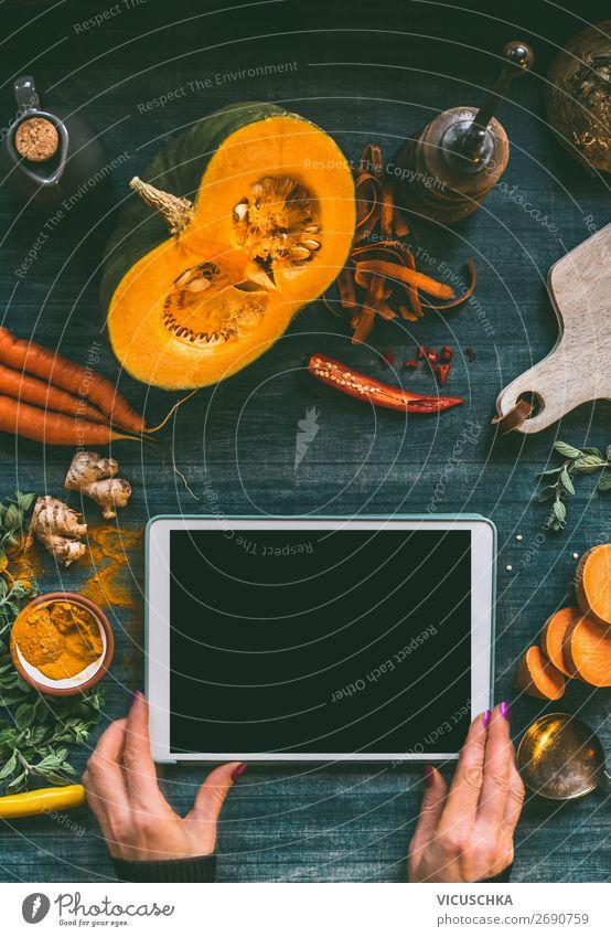 Hände mit Tabletten-PC auf Küchentisch mit Kürbis Gesunde Ernährung Hand Foodfotografie Lebensmittel Hintergrundbild Design Tisch Computer kaufen Gemüse