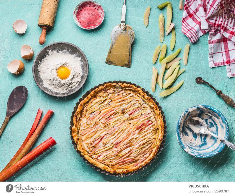 Selbst gemachter Rhabarberkuchen mit Zutaten Lebensmittel Frucht Kuchen Dessert Ernährung Bioprodukte Geschirr Stil Design Gesunde Ernährung Sommer