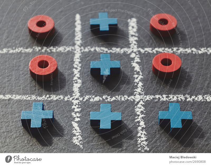 Tic tac Zehenspiel auf dunklem Schiefergrund. Freizeit & Hobby Spielen Erfolg Verlierer wählen retro klug blau rot Konkurrenz Kreativität Problemlösung