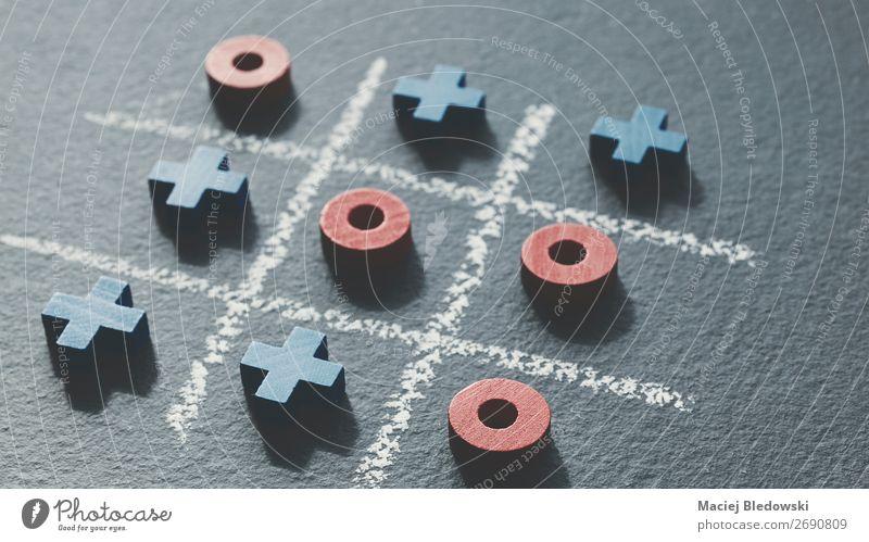 Vintage getontes Bild von Tic Tac Toe Spiel. Freizeit & Hobby Spielen Erfolg Verlierer Holz Zeichen wählen blau rot geduldig Hoffnung Konkurrenz Kreativität